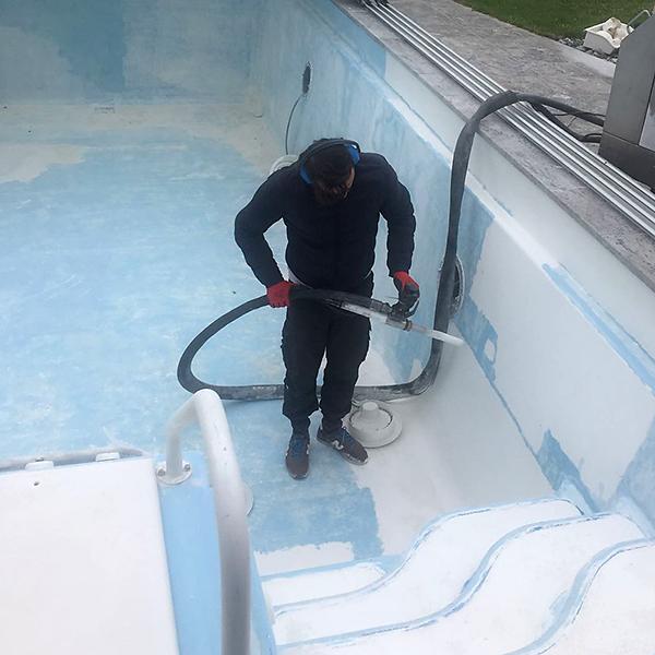 Schwimmbad wird mit Trockeneis gestrahlt
